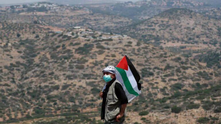 فلسطين تُخفف إجراءاتها لمواجهة كورونا مع تراجع الإصابات