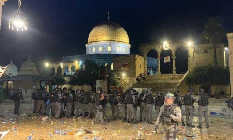 اقتحام المسجد الأقصى المُبارك والاعتداء على المعتكفين